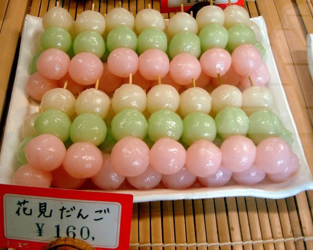 1024px-Hanami_dango_by_gochie-_in_Seiryu-cho,_Kyoto